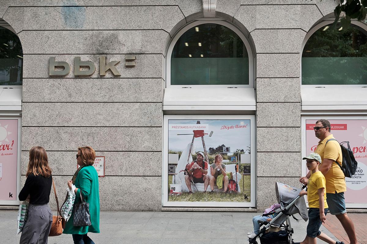 Préstamos Kutxabank déjate llevar pareja promoción exterior cartel calle
