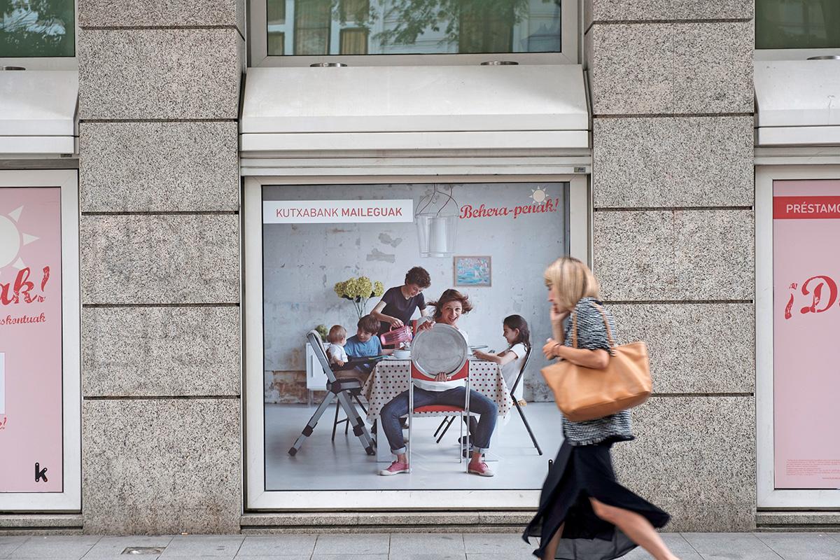 Préstamos Kutxabank Behera-penak familia promoción exterior cartel calle
