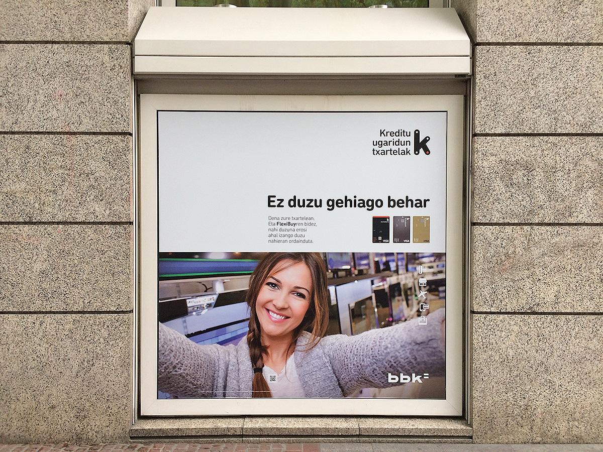 Kutxabank BBK FlexiBuy promoción exterior bajo edificio chica