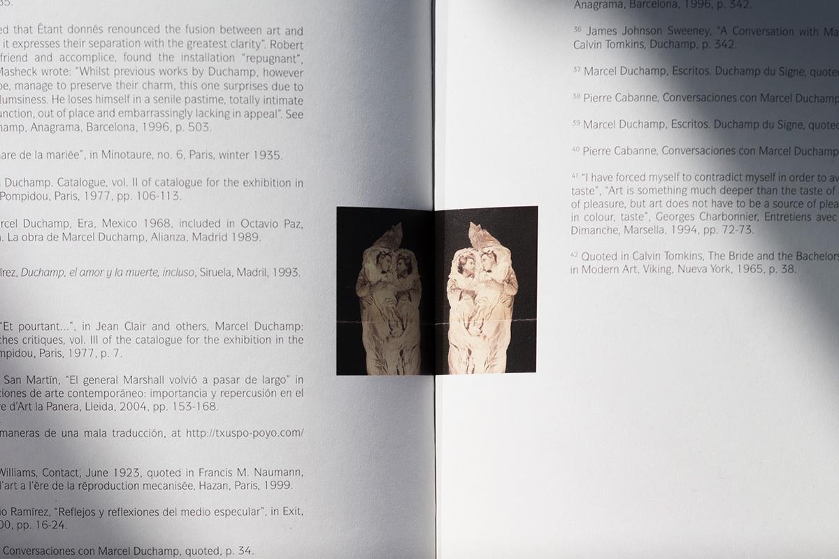 Diseño editorial Libro Delay glass Txuspo Poyo Gobierno Vasco plano cerca