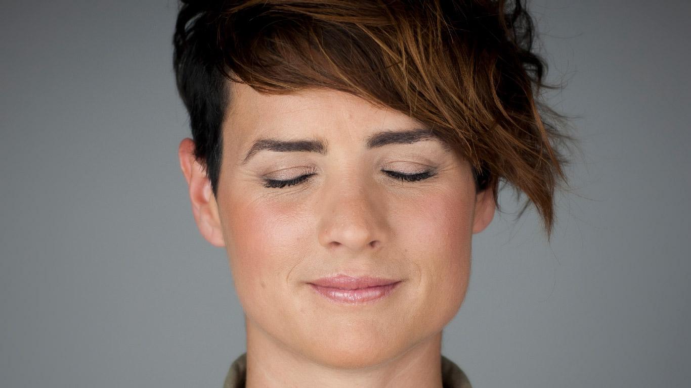 Kutxabank Nómina satisfaction Naming Branding Campaña publicitaria cara chica ojos cerrados