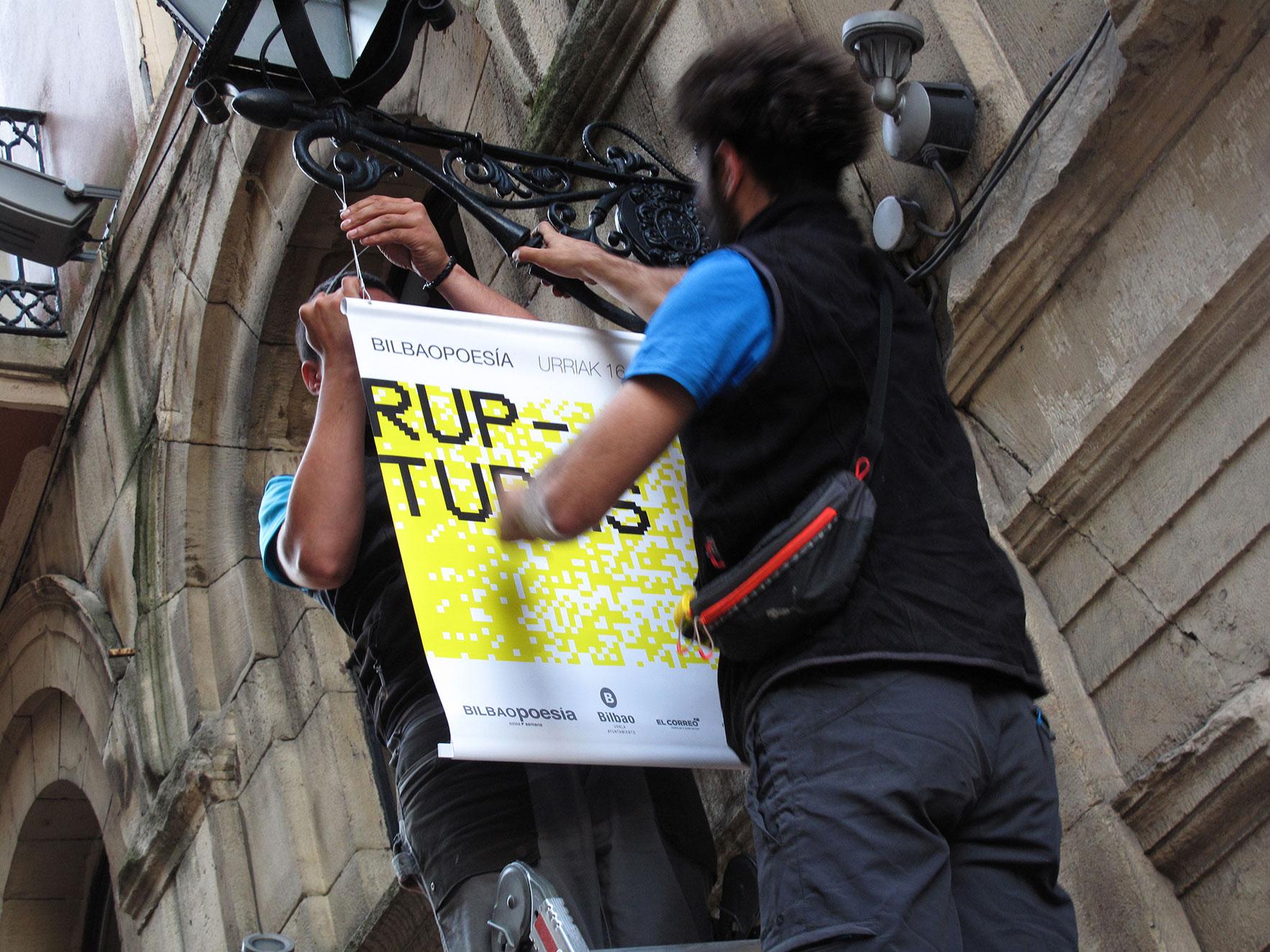 Bilbao poesía colocación carteles farola Bilbao