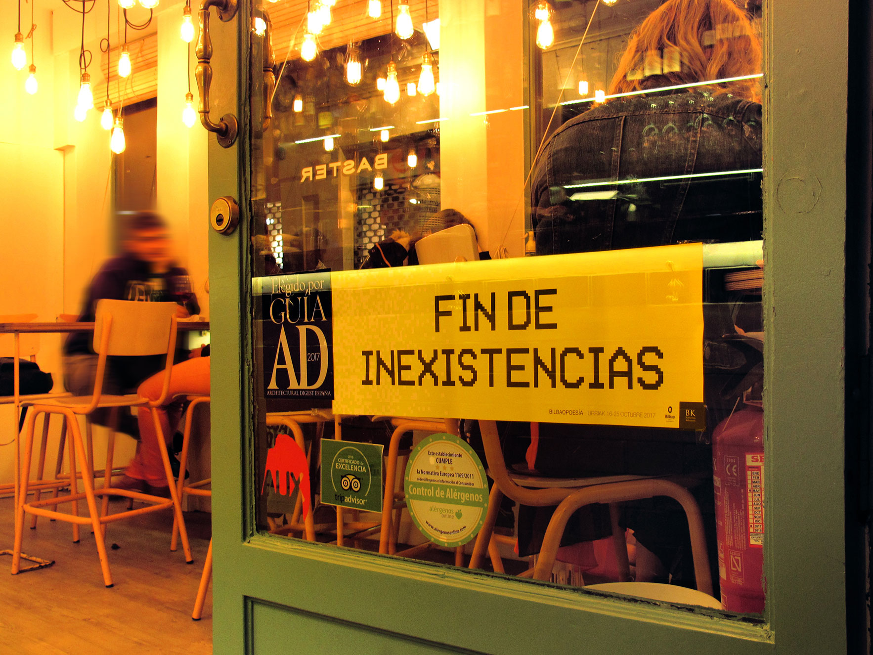 Bilbao poesía escaparate bar